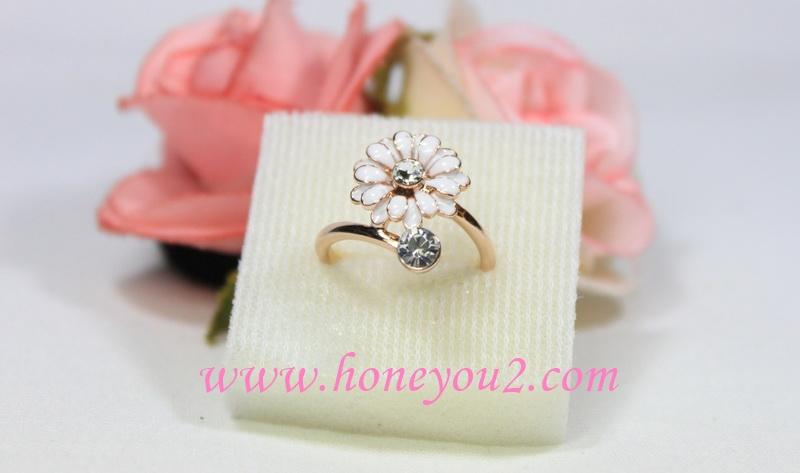 แหวน ดอกไม้สีขาว ไขว้คริสตัลเพชร