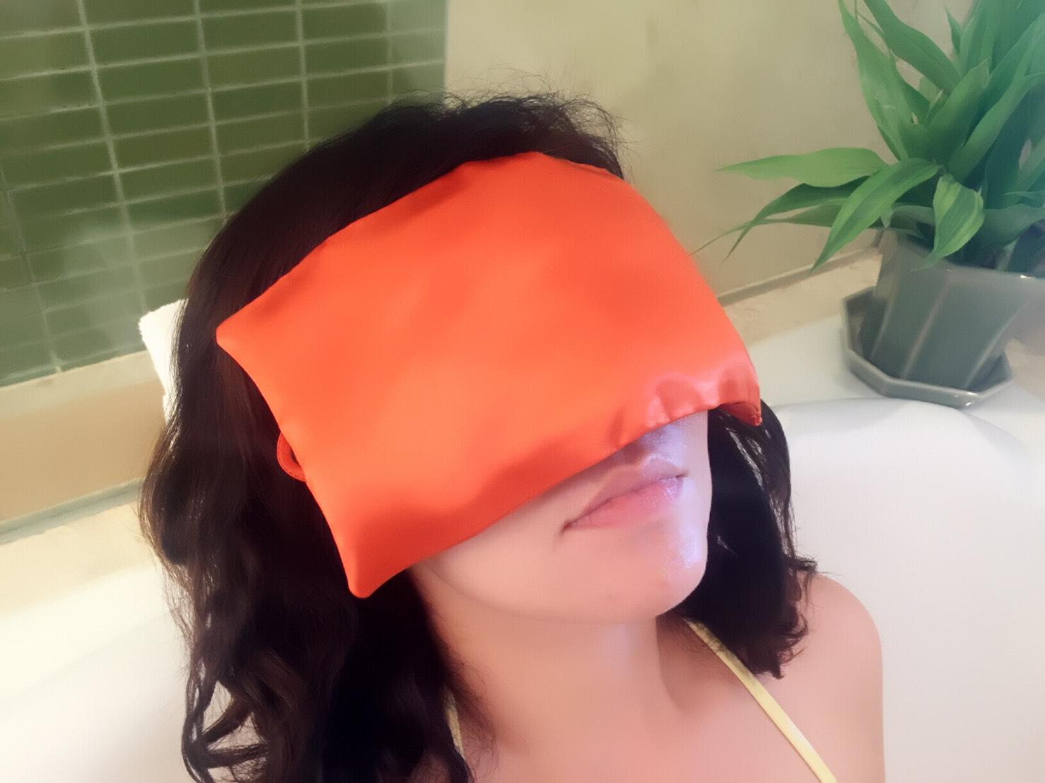 การประคบเย็นด้วยที่ปิดตาสมุนไพรกลิ่นส้ม ช่วยคลายเครียด แก้ปวดหัว ไม่ว่าจะเป็นปวดหัวจากไมเกรน ปวดหัวข้างเดียว หรือปวดหัวบ่อย