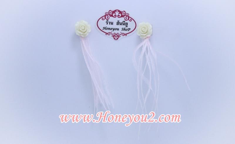 ต่างหูหนีบขนนกเส้นสีชมพูอ่อน ขั้วดอกกุหลาบขาว