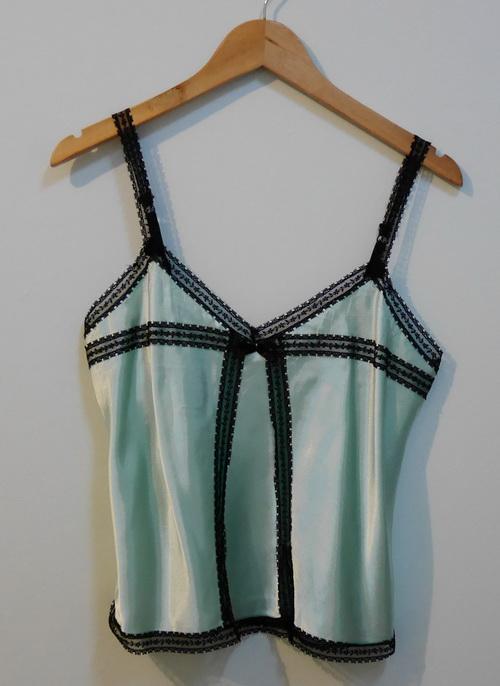 jp3549 เสื้อนอน ผ้าซาตินสีเขียว แต่งผ้าลูกไม้สีดำ รอบอก 32-33 นิ้ว