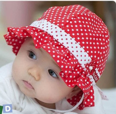 หมวกเด็กหญิงลายจุดสีแดงสดใส ชายหมวกจับจีบระบายด้านหน้าแต่งดอกไม้เล็กๆน่ารัก มีสายผูกใต้คางสำหรับเด็ก1ถึง6เดือน น่ารักมากๆค่ะ