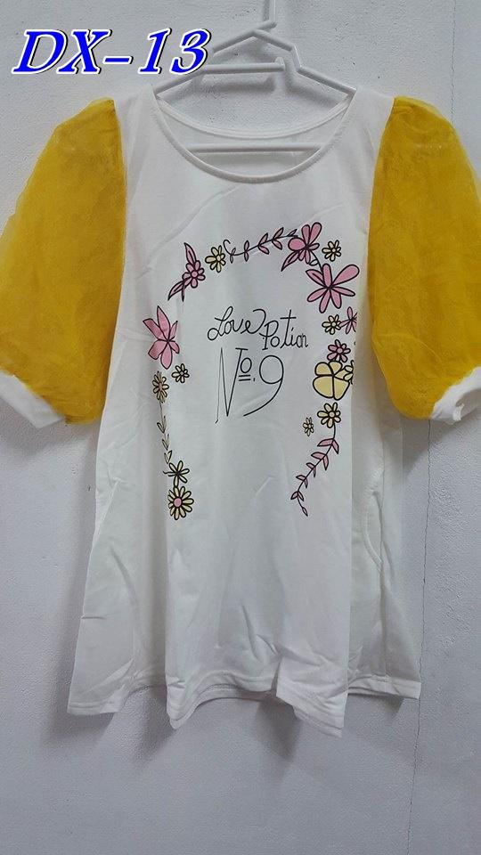 #เสื้อคลุมท้องแฟชั่น เป็นเสื้อยืดแขนสั้นคอกลมแขนสั้นสีขาว แขนเสื้อเป็นผ้าฝ้ายสีเหลืองเย็บติดกับตัวเสื้อ มีกระเป๋าสองข้าง รอบเอวกลว้างมาก ใส่สบายจร้า