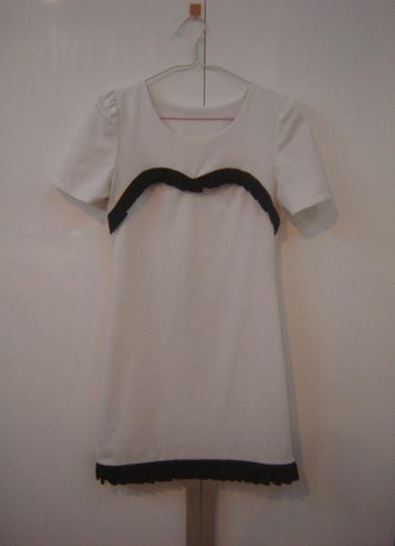 ชุดแซกแขนสั้นสีขาว ตัดแต่งระบายสีดำน่ารัก