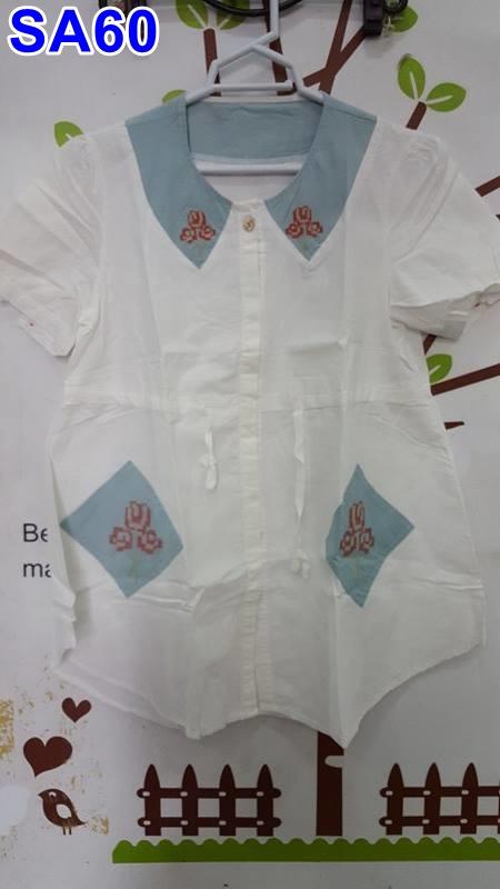 เสื้อคลุมท้องแฟชั่น ผ้าฝ้ายสีขาวคอกลมแขนสั้นกระดุมหน้า กระเป๋าหน้าสีฟ้าปักลายดอกไม้ พร้อมสายปรับที่เอวด้านหน้า