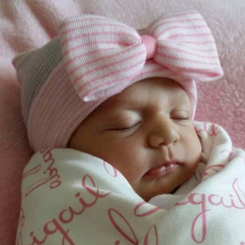 หมวกไหมพรมเด็กแรกเกิด สีชมพูอ่อนลายขาว ตบแต่งด้วยโบว์ น่ารักมากๆค่ะ