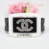 กำไลดำลายไขว้ Chanel เพชร ในกรอบเข็มขัดขาว