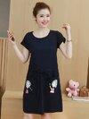 เดรสคลุมท้องแขนสั้นสีกรม มีซิปเปิดให้นมได้ มีสายรูดผูกเอว สกรีนรูปเด็กหญิงที่กระเป๋าสองข้าง งานดีน่ารักมากๆค่ะ