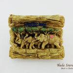 ของที่ระลึกไทย แม่เหล็กติดตู้เย็น ลวดลายครอบครัวช้าง วัสดุเรซิ่น ชิ้นงานปั้มลายเนื้อนูน ลงสีสวยงาม