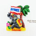 ของที่ระลึกไทย แม่เหล็กติดตู้เย็น ลวดลายช้างนั่งชูธงชาติไทยใต้ต้นมะพร้าว วัสดุเรซิ่น ชิ้นงานปั้มลายเนื้อนูน ลงสีสวยงาม