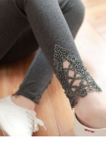 เลกกิ้งคนท้องขายาว สีเทาดำ มีแต่งลูกไม้ที่ปลายขา เอวปรับสายได้ค่ะ