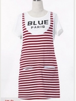 Dressกระโปรงผ้า2ชิ้น ด้านในเป็นเสื้อยืดสีขาว แขนสั้น ด้านนอกเป็นชุดDressแขนกุดลายขวางสีขาวสลับแดง มีกระเป๋าล้วงด้านหน้า2ข้าง เนื้ออผ้านิ่มใส่สบายค้ะ