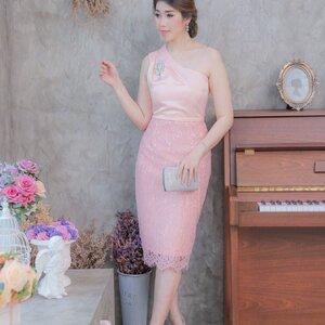ชุดออกงาน เดรสออกงาน ชุดราตรี ชุดไปงานแต่งงานสีชมพูโอรส ไหล่เฉียง ทรงเข้ารูป แนวเรียบหรู สวยสง่า