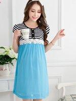 Dressกระโปรงผ้า2ชิ้น ด้านบนเป็นผ้ายืดลายขวางสีขาวสลับดำ แขนสั้น ด้านล่างเป็นผ้าชีฟองสีฟ้า ช่วงหน้าอกคาดด้วยผ้าลูกไม้สีขาว พร้อมเชือกผูกหลัง น่ารักน่าใส สวมใส่สบายมากค้ะ